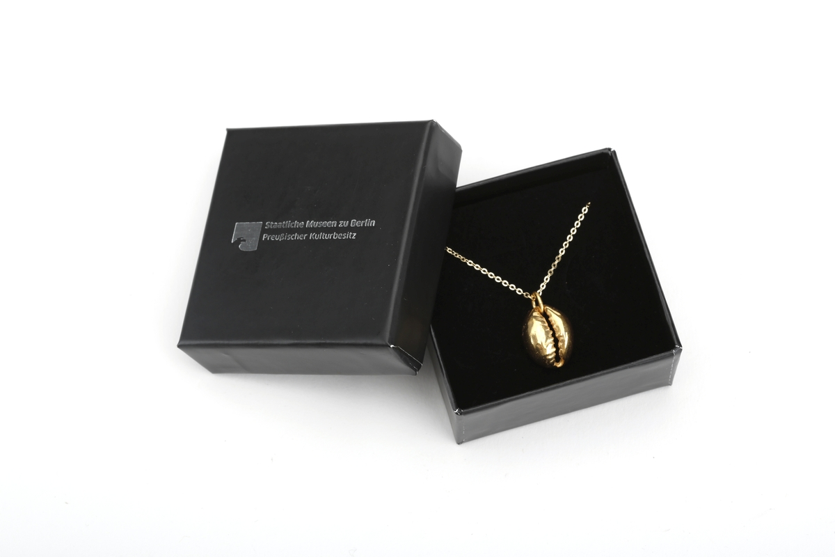 Halskette mit Anhänger Kaurischnecke, vergoldet